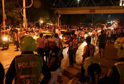 La Murillo colapsó por los vehículos particulares y los aficionados que caminaron largas cuadras.