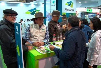 Carlos Chavarro Cuéllar, presidente de Finagro (centro) estuvo intercambiando impresiones con los actores del sector, en Agroexpo, en Corferias Bogotá.
