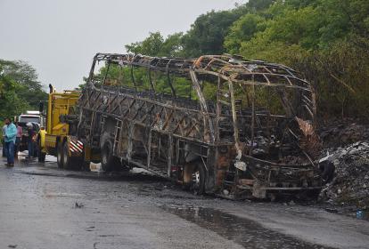 El combustible que llevaba la camioneta se regó sobre el bus, lo que causó el fuego.