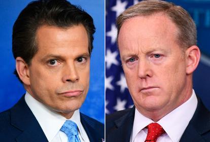 El nuevo portavoz del presidente de EEUU, Anthony Scaramucci, izquierda, y el renunciante, Sean Spicer.