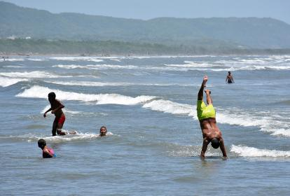 Muchas familias decidieron bañarse en las playas de Puerto Colombia, a pesar del cierre de la misma.