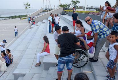 Bladimido González es ayudado por sus familiares para  bajar las escaleras.