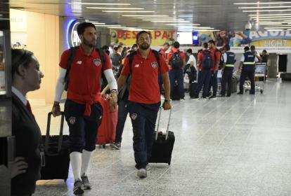 Matías Mier a su llegada ayer a Barranquilla, junto a su compatriota Sebastián Viera.
