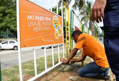 Momentos en que instalan las vallas en el  Corredor Universitario.