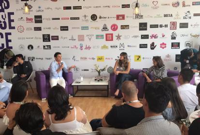 Paulina Vega habla con participantes en Colombiamoda.
