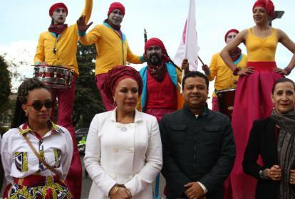 Piedad Córdoba (centro izq.) acompañada del cantante vallenato Rafael Santos (centro der.) durante el lanzamiento del comité promotor para recoger firmas para la candidatura presidencial de la exsenadora.