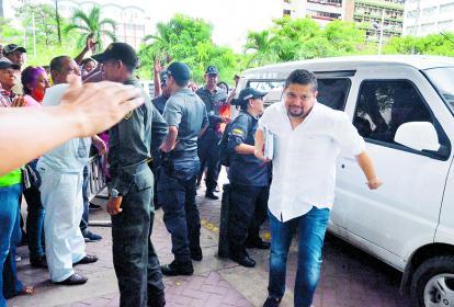 José Julián Vásquez, primo del suspendido alcalde Manul Vicente Duque, a su llegada al complejo judicial de Cartagena durante la mañana de ayer.