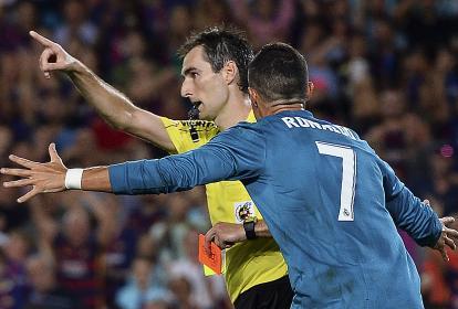 Cristiano Ronaldo reclamándole al árbitro Ricardo de Burgos Bengoetxea tras ser expulsado.