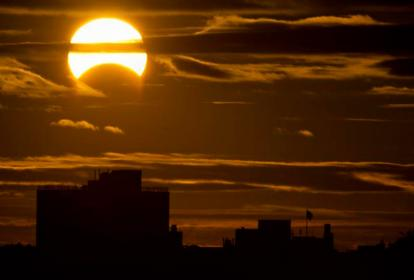 En el eclipse de sol, la luna se interpone entre el astro y el planeta tierra.