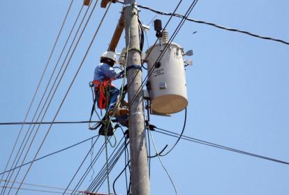 Un trabajador de Electricaribe realiza trabajos en una zona de Barranquilla.