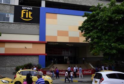 Las entradas del Centro comercial Único se encuentran cerradas con vallas al público.