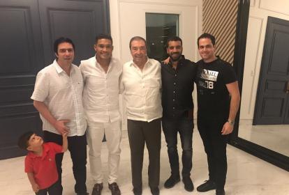 Teófilo Gutiérrez con Antonio Char y su hijo Nicolás, Fuad Char, Arturo Char y Alberto Moreno, representante del delantero.
