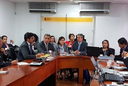 La gobernadora Rosa Cotes (centro)  estuvo en la reunión de ayer en Invías.