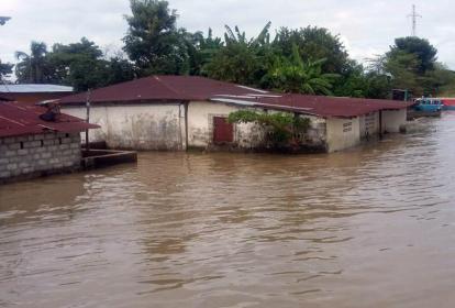 Casas en Guaranda, inundadas por el río.