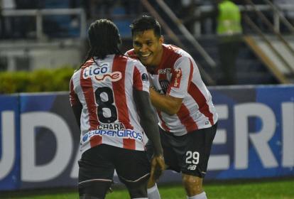 Yimmi Chará (8) festeja con Teófilo Gutiérrez su tanto.