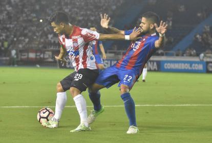 Teo protegiendo el balón en el juego ante Cerro.