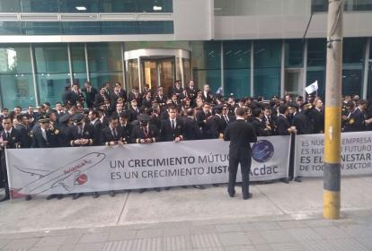 Pilotos de Avianca en el ministerio de Trabajo.