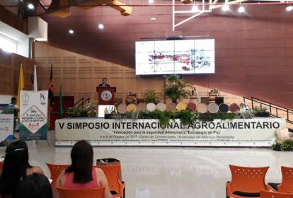 Gaspar Ros Berruezo en su exposición en el Centro de Convenciones de la Universidad del Atlántico.