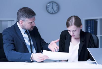 La presión de los jefes y el acoso laboral son aspectos a revisar, según expertos.