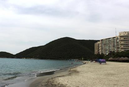 La foto de arriba fue tomada en 2005, la de abajo, ayer, en el mismo sitio, donde hoy están los edificios Cabo Tortuga y Sierra Laguna.
