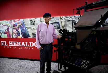 El artista barranquillero Ángel Loochkartt, durante su visita a EL HERALDO.