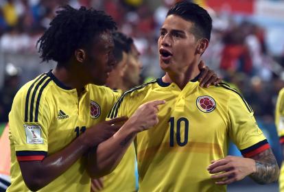 Juan Guillermo Cuadrado (11) felicita a James Rodríguez (10) por el tanto marcado a Perú.