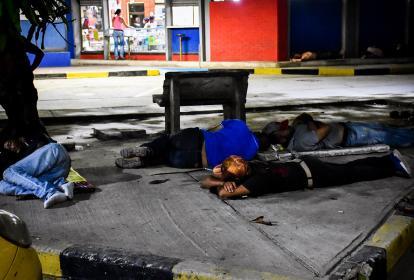 Luego de la jornada laboral, un grupo de venezolanos duerme a la intermperie afuera de la Terminal de Transportes.