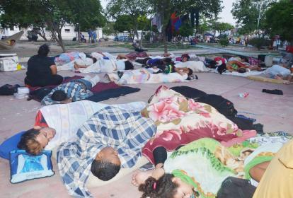 Decenas de venezolanos duermen en el Parque de La India, en Riohacha.