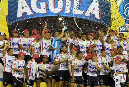 Los jugadores del Junior celebran al lado del trofeo obtenido de la Copa Águila luego de vencer al DIM.