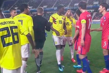 Momento en que el jugador Edwin Cardona hace el gesto al futbolista coreano.