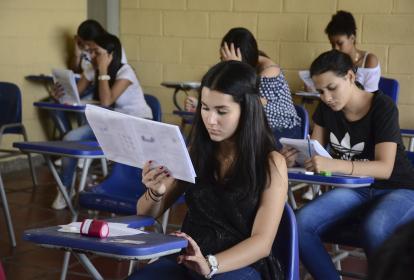 Estudiantes resuelven cuestionario, durante la prueba realizada en agosto.