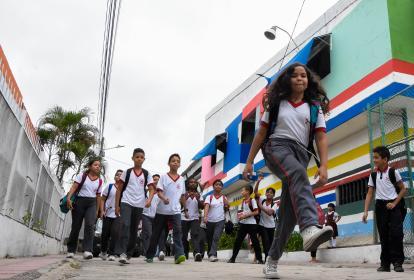 La niña Isabela García  sale dando saltos del Colegio Metropolitano de Soledad  2.000, en compañía de varios de sus compañeros de clases.