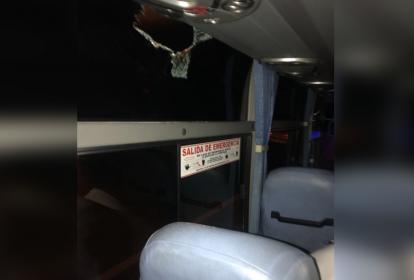 Estado de una de las ventanas del vehículo que resultó afectado.