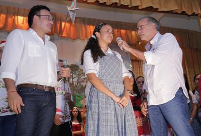 El gobernador Eduardo Verano escucha a Ludys Fontalvo Escorcia, la estudiante con mejor puntaje de los Pilos del Atlántico. Los acompaña el secretario Barraza.
