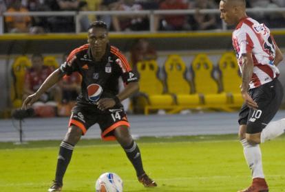 Iván Vélez y Jarlan Barrera en el campo.