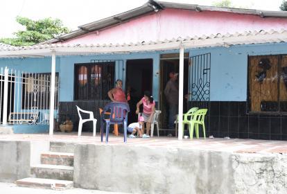 Parte de los familiares de Martín Gutiérrez Cera, agrupados en la terraza de una vivienda ubicada en el barrio Rebolo, en el suroriente de Barranquilla.