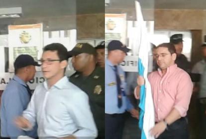 Carlos Caicedo (i) y Rafael Martínez (d) a su ingreso a la audiencia de legalización de captura en el Edificio Galaxia, sede de los despachos judiciales.
