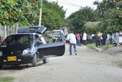 En este vehículo de color negro se desplazaban los hombres que dispararon contra los uniformados.