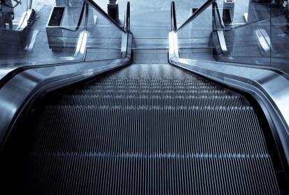 Un menor de edad se atascó este martes en una escalera eléctrica de un centro comercial de Barranquilla.