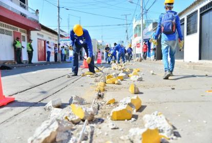 Obreros derriban el carril de la cicloruta, en el centro de Valledupar.