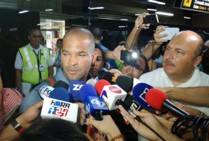 Alberto 'El Mudo' Rodríguez fue abordado por un numeroso grupo de periodistas al llegar a Barranquilla.