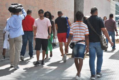 Personas caminan en el sector comercial El Prado de Barranquilla.
