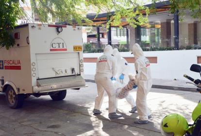 Tres agentes del CTI de la Fiscalía durante el levantamiento de un cadáver en Santa Marta.