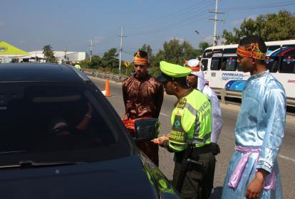 Un agente de Policía junto a unos actores realizan campañas en movilidad.