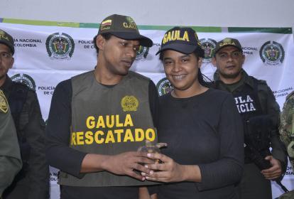 La pareja conformada por Arnovis Barros Berty y Nailibeth Martínez, momentos después de su liberación.