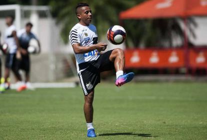 Vladimir Hernández en un entrenamiento con el Santos de Brasil