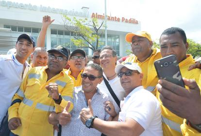 El candidato Gustavo Petro, durante su arribo este jueves a La Guajira.
