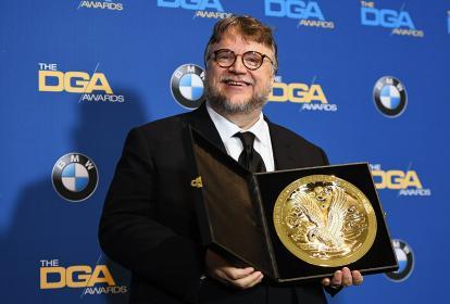 El mexicano Guillermo del Toro con el galardón logrado este sábado.