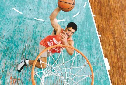 Gustavo Lindo De Armas en su época como basquetbolista entrenando en el coliseo Elías Chegwin.