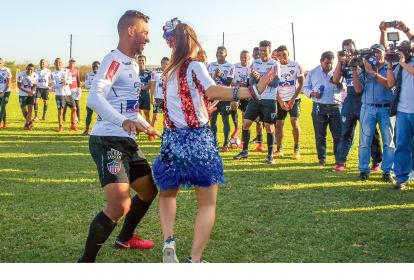 El lateral barranquillero Germán Gutiérrez baila en la práctica con la reina del Carnaval Valeria Abuchaibe.